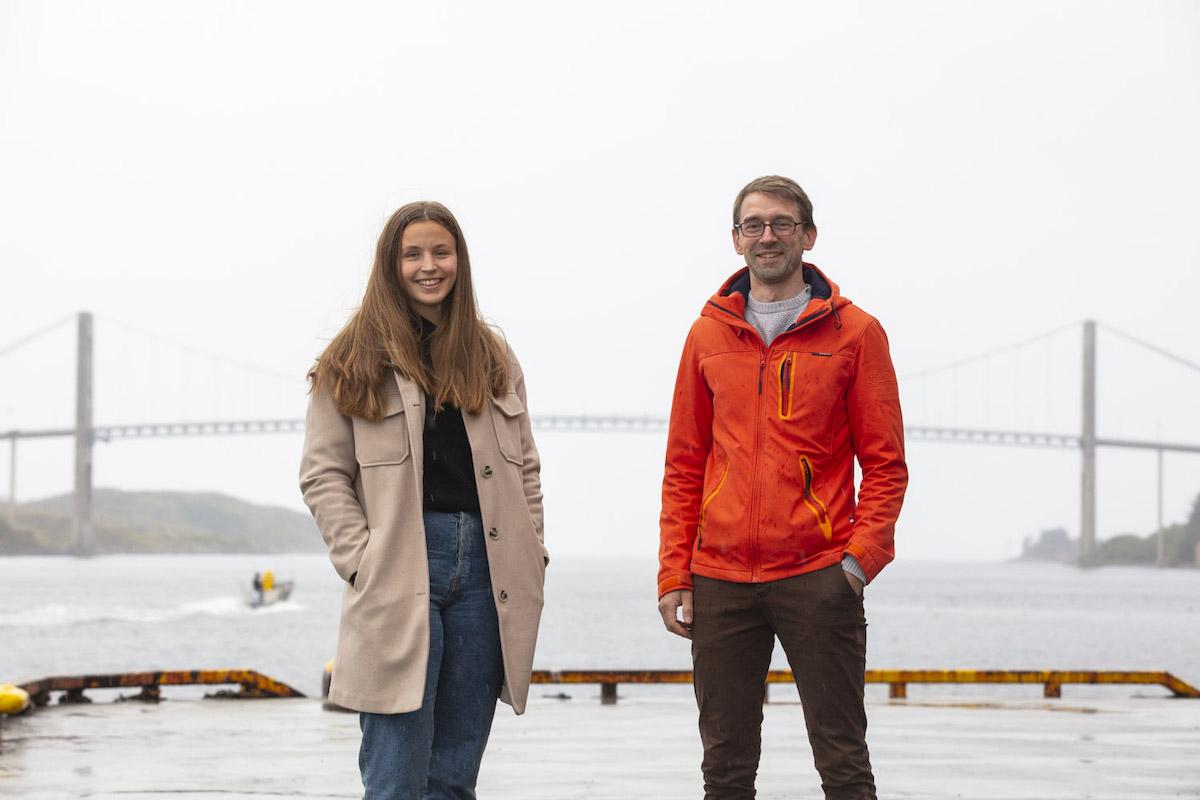 Mann og kvinne stående foran ei bru